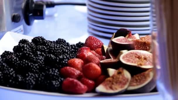 borůvky, jahody a fíky jsou na desce