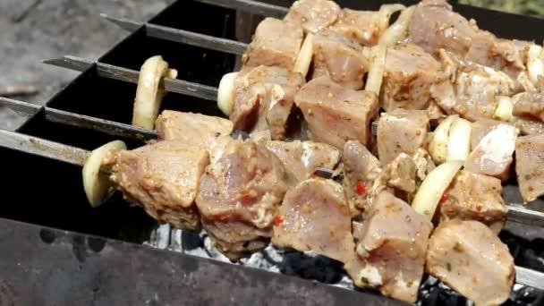 syrové maso leží na grilu