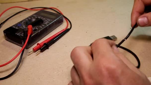 Pánské ruce ukousnout drátu s drátové řezačky