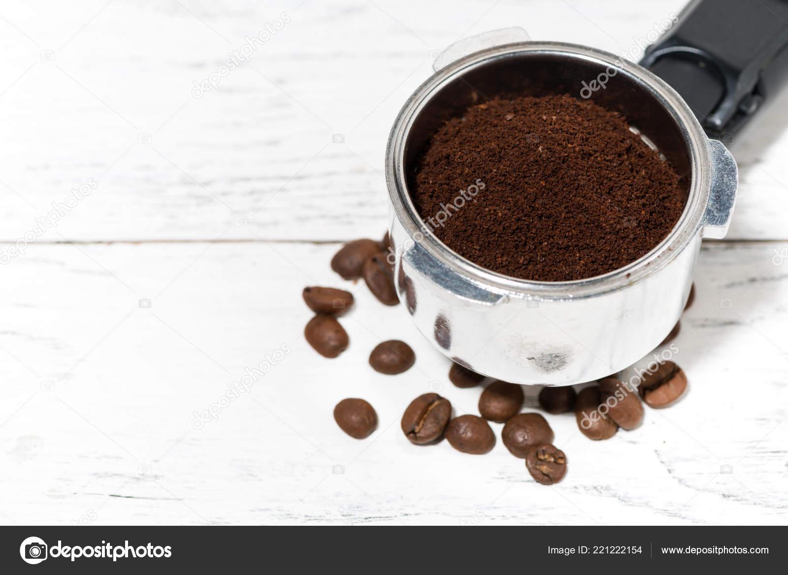 Titolare Con Caffè Macinato Macchina Caffè Priorità Bassa Bianca ...