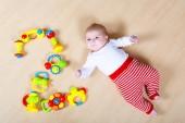 Roztomilá dívka si hraje s hračkami barevné chrastítko