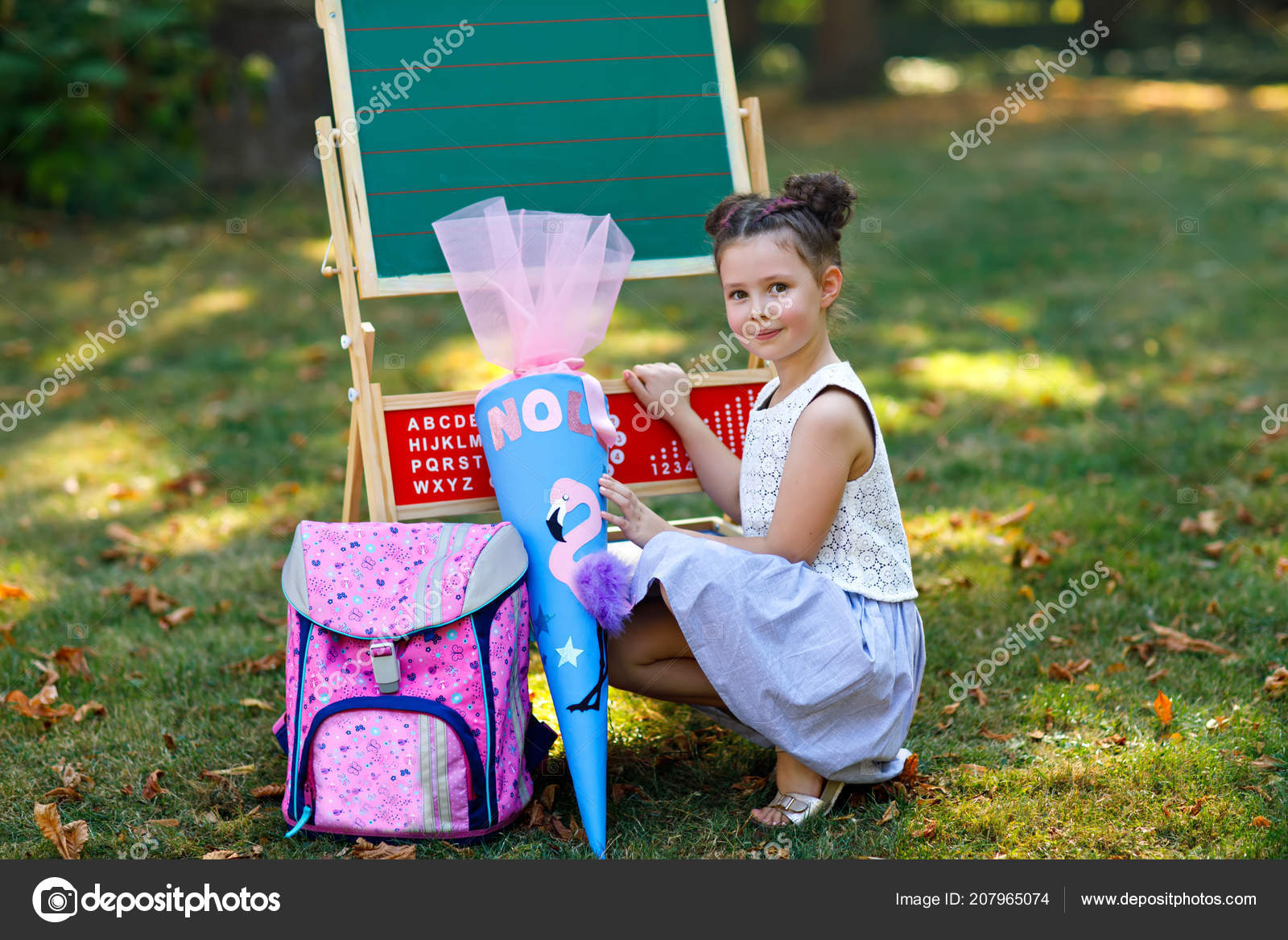 Bonne petite fille kid par bureau avec sac à dos ou cartable et