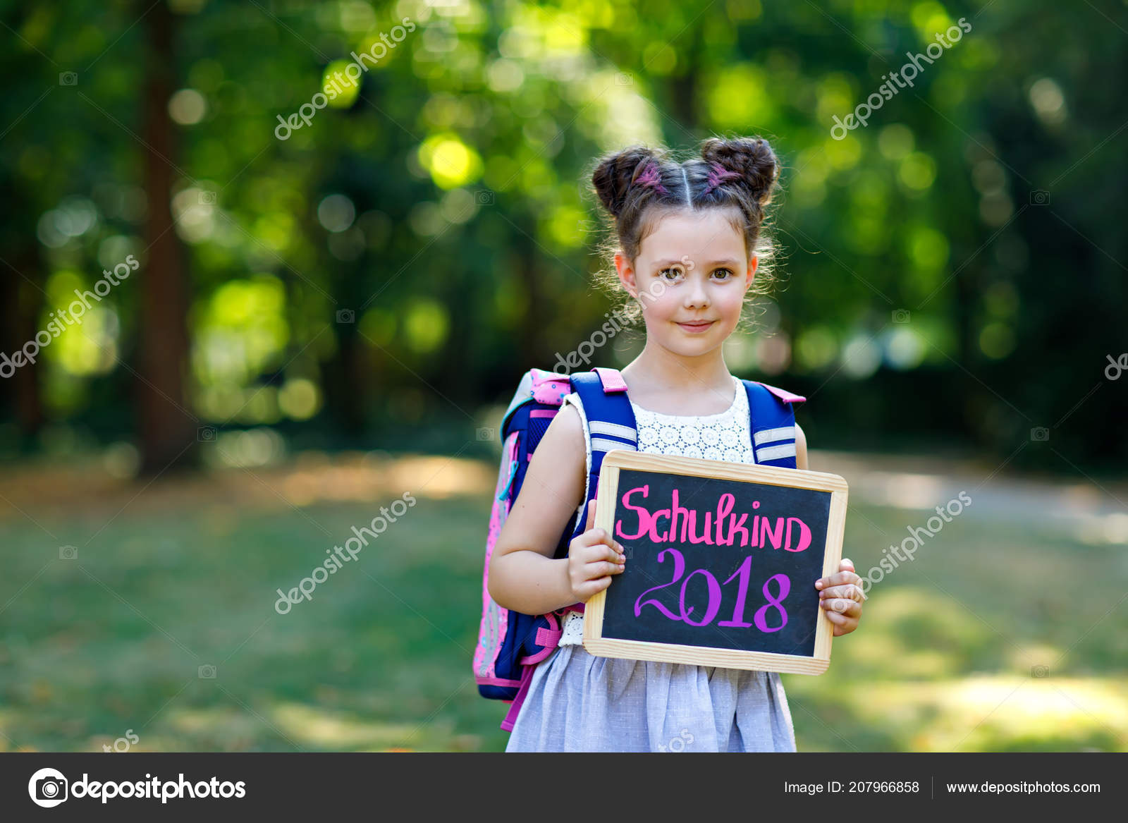 Heureux enfant fillette debout avec bureau et sac à dos ou une