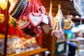 Lebkuchenherzen auf dem deutschen Weihnachtsmarkt. Nürnberg, München, Berlin, Hamburg Weihnachtsmarkt in Deutschland. auf traditionelle Lebkuchenplätzchen geschrieben Happy Holiday genannt lebkuchenherz
