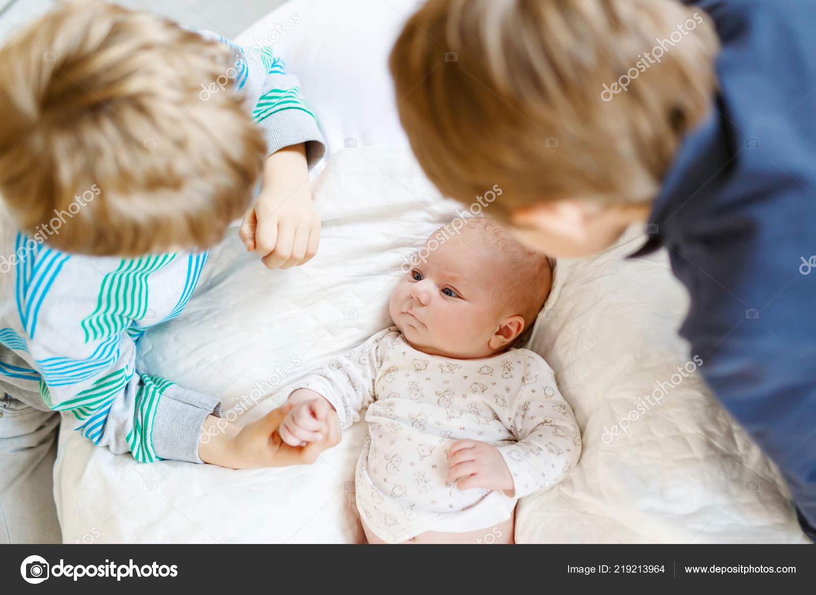 350f4d4c788 Δύο μικρά παιδιά αγόρια παίζουν με νεογέννητο μωρό αδελφή κορίτσι ...