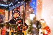 Fotografie Lustige kleine Kind Junge auf einem Karussell an Weihnachten Kirmes oder Markt im Freien. Glückliches Kind Spaß. Traditioneller Weihnachtsmarkt in Deutschland, Europa. Urlaub, Kinder, Lifestyle-Konzept