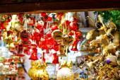 Fotografie farbenfrohe Detailaufnahmen vom Weihnachtsmarkt. Kugelschmuck für den Verkauf. Weihnachtsmarkt in Deutschland mit traditionellem Deko-Spielzeug.