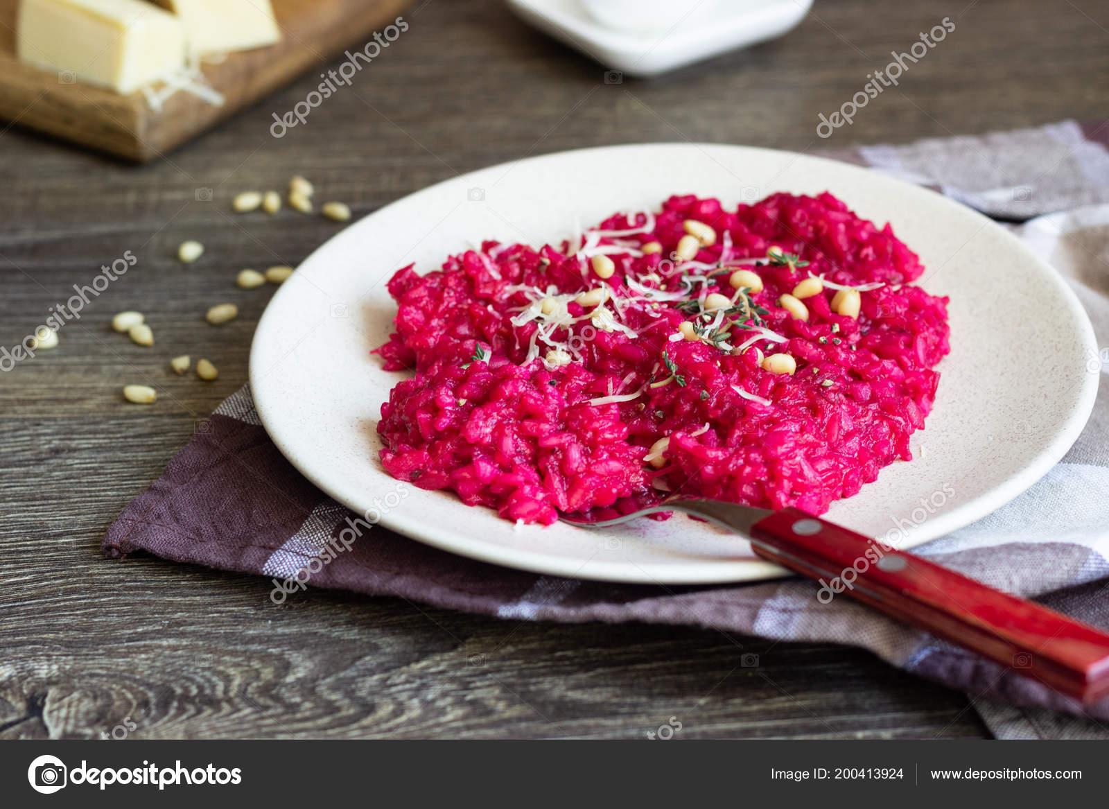 Rote Bete Risotto Mit Parmesan Käse Pinienkernen Und Thymian Auf