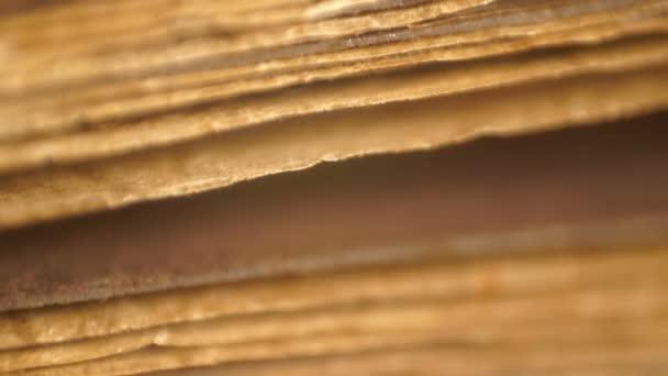Staré papíry v knize nebo dokumentu