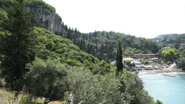 Vier über dem Liapadenparadies mit einem Teil des Dorfes. Berge ringsum. (Korfu, Griechenland)