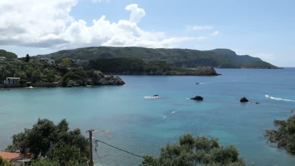 Luftaufnahme der Bucht von Paleokastritsa auf der Insel Korfu (Griechenland). Wald, Häuser und die Küste. Boote fahren in der Lagune herum.