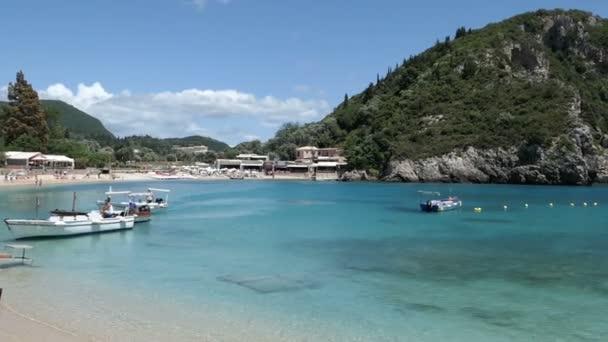 paleokastritsa, korfu / griechenland 24. Mai 2018: Boote in der Lagune von paleokastritsa warten auf Kunden, die zu Höhlen und Felsformationen des paradiesischen Strandes rund um die Stadt fahren. Korfu (Griechenland))