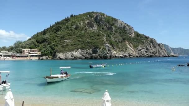 Paleokastritsa, Corfu / Griechenland 24. Mai 2018: Boote in der Lagune von Paleokastritsa warten auf Kunden, zu Höhlen und Felsformationen des Paradieses fahren rund um die Stadt am Strand. Insel Korfu (Griechenland)