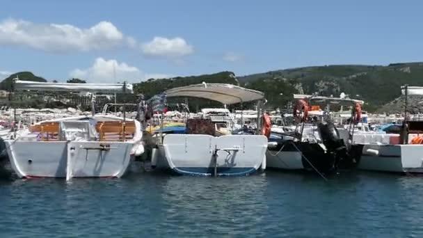 Paleokastritsa, Corfu / Griechenland 24. Mai 2018: fahren mit einem Boot am Hafen von Paleokastritsa. andere Boote vorbeifahren. Korfu (Griechenland)