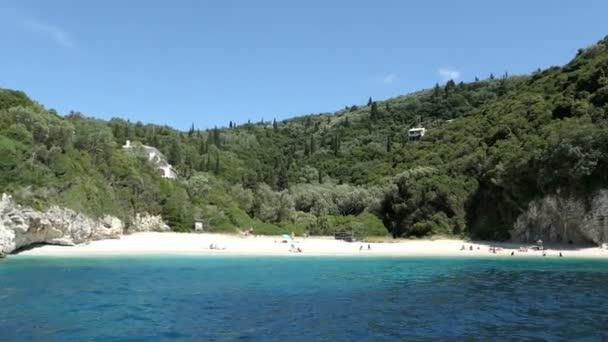 Liapades, Corfu / Griechenland 24. Mai 2018: Grotte von Rovinia Strand von Paradise Strand auf Insel Korfu zu besuchen. Menschen am Strand. in der Nähe Dorf Liapades. (Griechenland)