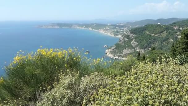 Blick über die Küste von Dorf Afionas auf Korfu (Griechenland) in Richtung Arillas