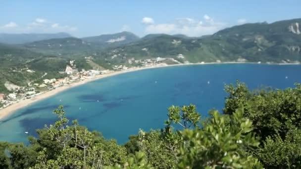 Luftaufnahme über die Küste vom Dorf afionas auf der Insel Korfu (Griechenland). Blick hinunter zur Bucht von ag. georgischer armenadon.