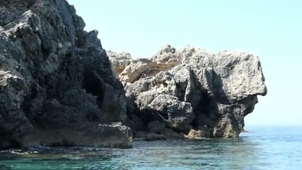 Vorbeifahren an der Schildkrötenfelsenformation mit einem Boot am Strand von Liapades Paradise auf Korfu (Griechenland))