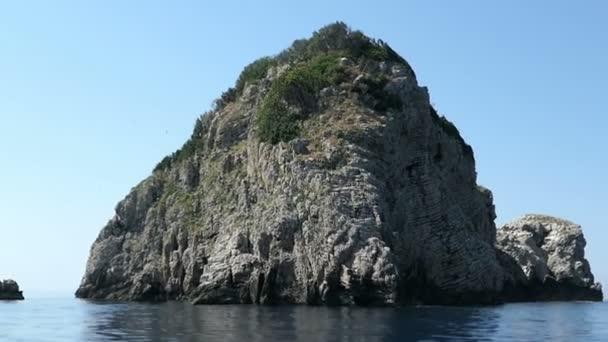jízda s lodí kolem ostrova Kolyviri Vrachonisida na ostrově Korfu (Řecko). mořští ptáci a sedimentární horniny cliff. Kolonie ptáků evropských Břehule.