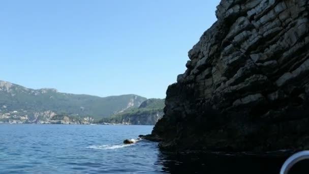 fahren mit einem Boot lange Paradiesstrand von Liapades auf Korfu (Griechenland).