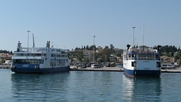 Korfu, Corfu / Griechenland 29. Mai 2018: Hafen von Korfu-Stadt auf der Insel Korfu (Griechenland) mit Booten und Schiff für die täglichen Fahrten von Albanien, Paxos und Antipaxos.