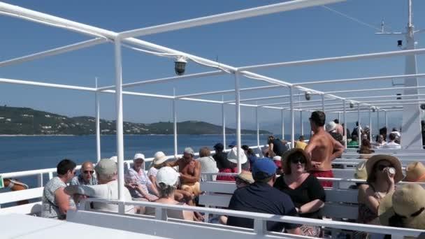 Korfu, Corfu / Griechenland 29. Mai 2018: Ausflug mit dem Boot von Korfu-Stadt (Griechenland) in Richtung Saranda (Albanien). Weitergabe von Pantokrator Bergen. Menschen, die Landschaft genießen.