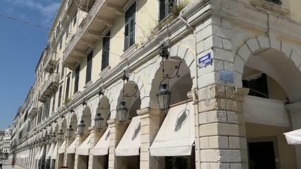Korfu, Corfu / Griechenland 31. Mai 2018: Menschen zu Fuß entlang der Esplanade und Liston in Korfu-Stadt (Griechenland). Traditionelle Restaurants entlang. Kirche St. Spyridon Kirche anzeigen
