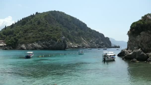 Paleaokastritsa, Corfu / Griechenland 31. Mai 2018: Ausflugsboote, die in Bucht von Paleokastritsa, Korfu (Griechenland). Landschaft und Ort für Touristen.