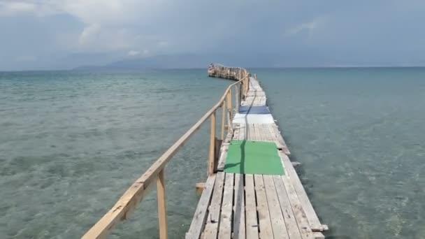 Schwimmsteg im Kalamaki Beach auf Korfu (Griechenland).