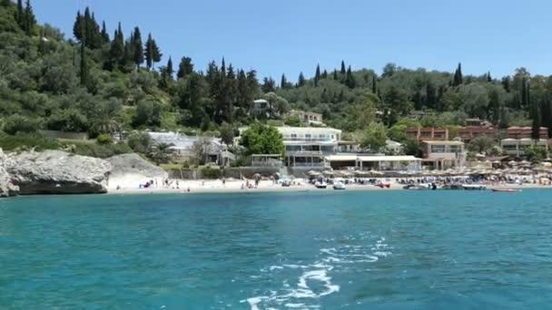 Liapades, Corfu / Griechenland 3. Juni 2018: fahren mit einem Boot um in Liapades Bay (Insel Korfu, Griechenland). Paradise Beach. Menschen am Strand.