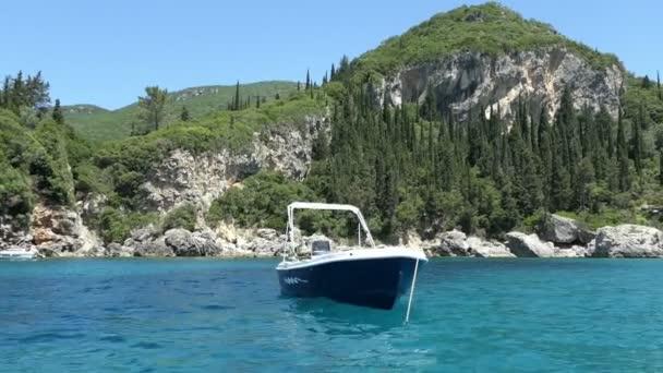 Liapades, Corfu / Griechenland 3. Juni 2018: fahren mit einem Boot um in Liapades Bay (Insel Korfu, Griechenland). Paradiesstrand.