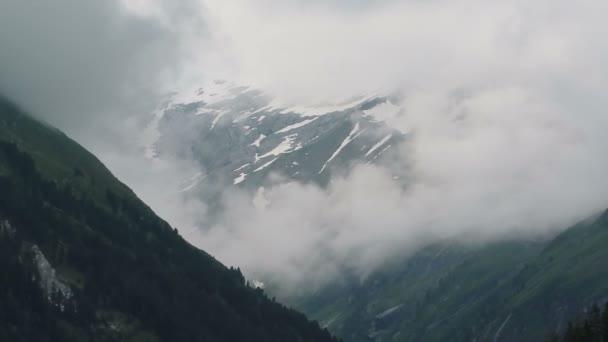 Horské vrcholy vysokých taunernského pohoří v Tirol Austria. Mraky ve Schoenachtalových údolních.