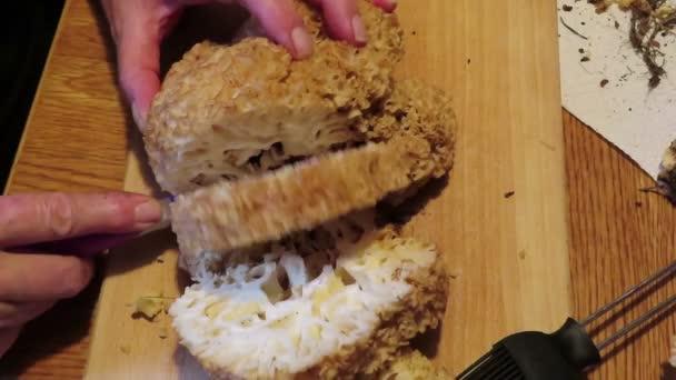 Květák houba (Sparassis crispa). krájení hub na plátky vařit jídlo.
