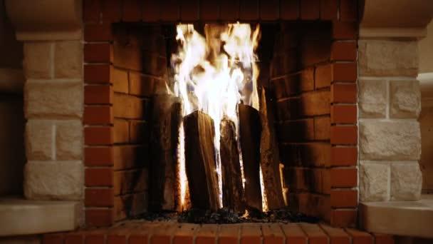 Dřevo hoří v krbu, útulnost, Vánoce