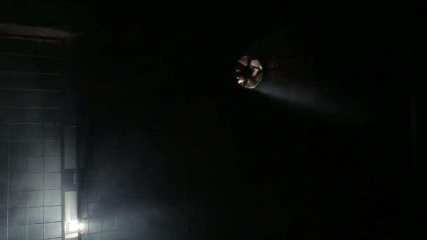 Cuarto oscuro en humo, sótano, garaje — Vídeo de stock © IgorYasak ...