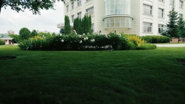 Krásný bílý dvou patrový dům, malebná Zelená zahrada
