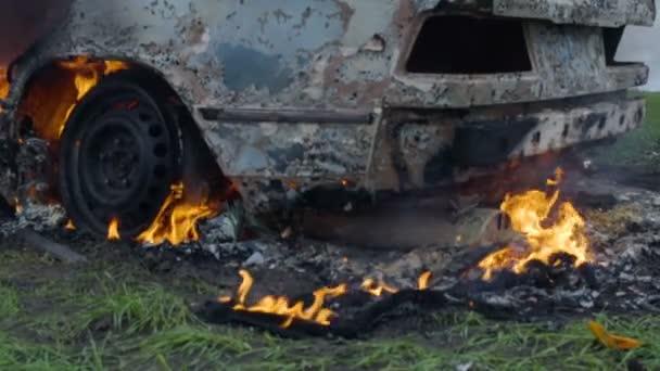 Hořící auto pneumatiky, auto hoří za volantem, auto zcela vyhořel