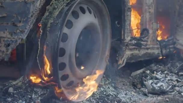 Auto hoří kolo, hořících pneumatik na kola automobilu, hořící auto
