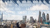panorama města Londýn s daty a programování informace, které jsou mapovány na obloze za budovami