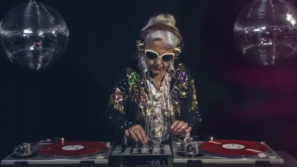 Idősebb nő, bulizás, disco, beállítás, loopable