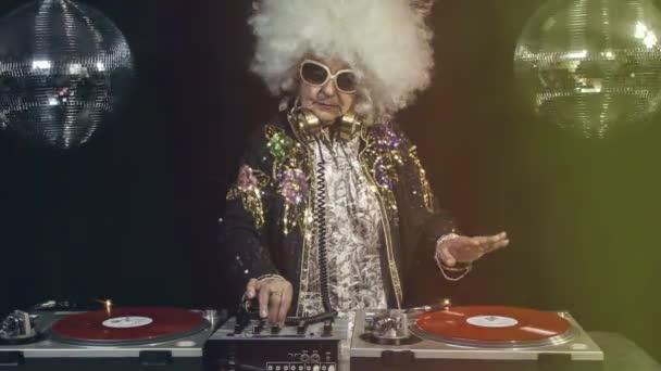 Starší žena párty na disco, nastavení, loopable