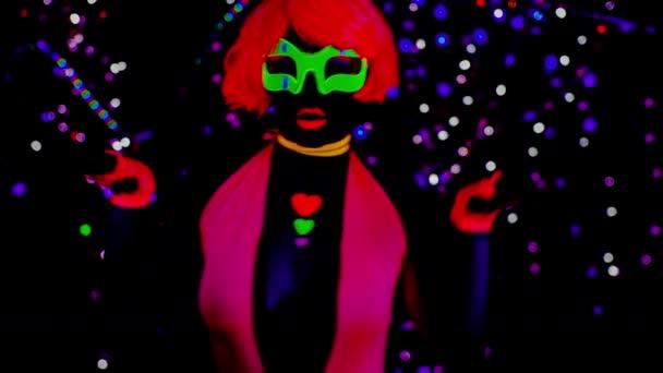 sexy junge Frau tanzt im UV-Kostüm