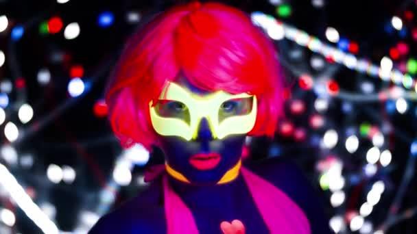 szexi női disco táncos pózol UV jelmez