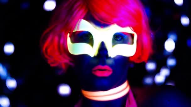 sexy diskotéka pózuje v UV kostýmu