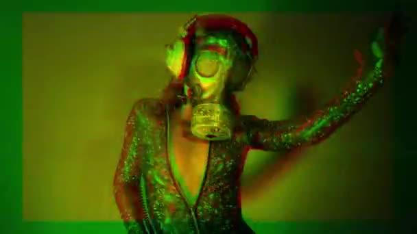 szexi nő gyönyörű test tánc, amely az arcát gázálarc