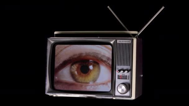 televíziós elforgatása a térben nagy szemmel nézett körül a képernyőn fénylik és torzítás hatásait