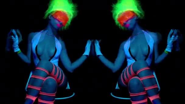 Szexi táncos fluoreszkáló ruha-fekete háttér