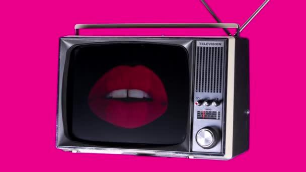 Vystřižení retro televize v prostoru s krásné rty na obrazovce