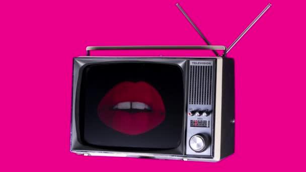 a kivágott retro televízió fordult a hely-val csodálatos ajkak a képernyőn