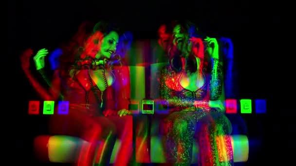 ugyanazt a modellt filmre kétszer, részeg, az ellenőrzési szexi party nő még mindig táncol a végén egy nagy éjszakát. Ez a verzió már overlayed torzítás és fénylik Videoeffektusok